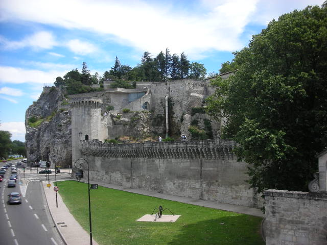 Avignon%20-%20highway%20by%20Papal%20Palace%20grounds.jpg