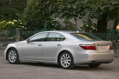 Lexus%20LS%20460%20rear%203Q.jpg