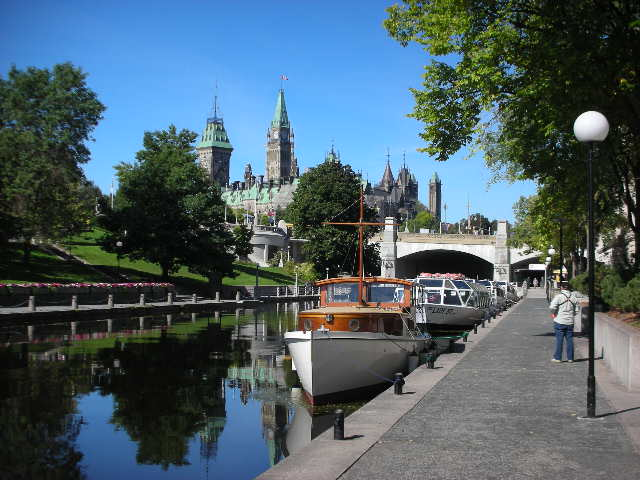 Rideau%20Canal%20with%20boats.jpg